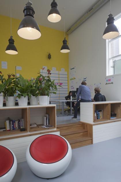 Den Haag kantoor transformatie kerk gele muur
