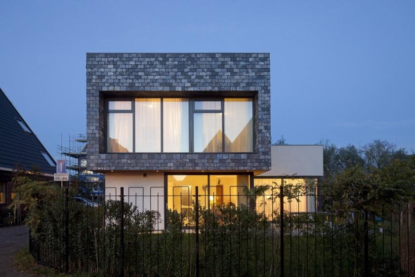 Villa woonhuis leisteen stucwerk aluminium ramen dakterras garage overstek HOYT architecten